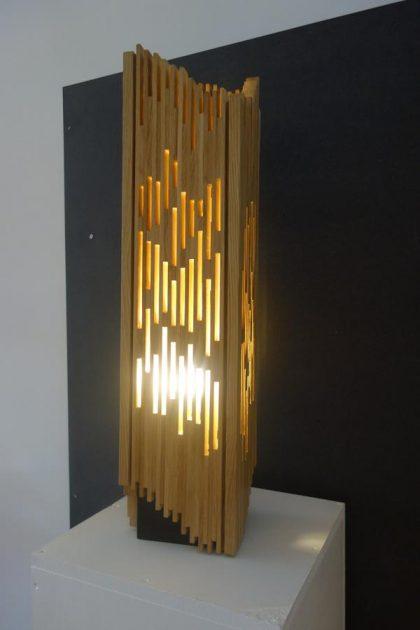 Création made in france de lampe à poser chêne très graphique