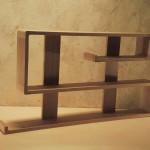 Etagères modulables en chêne massif appartenant à une collection très contemporaine nommée zigzag dont les angles sont courbes