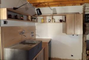 Aménagement d'un espace cuisine, meubles, étagères, crédences en chêne massif