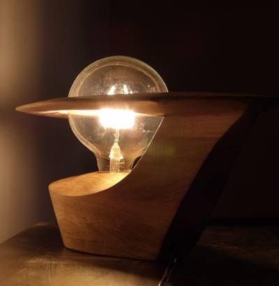 Luminaire à poser contemporain en bois sculpté