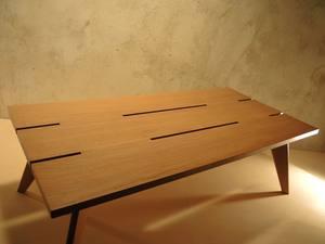 Table basse rectangulaire au plateau ajouré en chêne clair et pieds fuselés