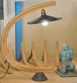 Lampe Arawmat en bois courbé